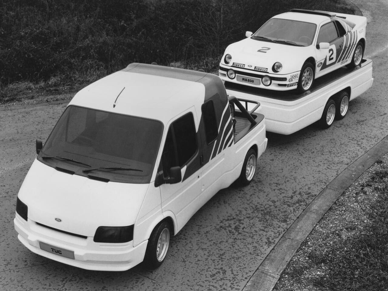 Ford Transit remorquant une Ford RS 200 - photo Ford