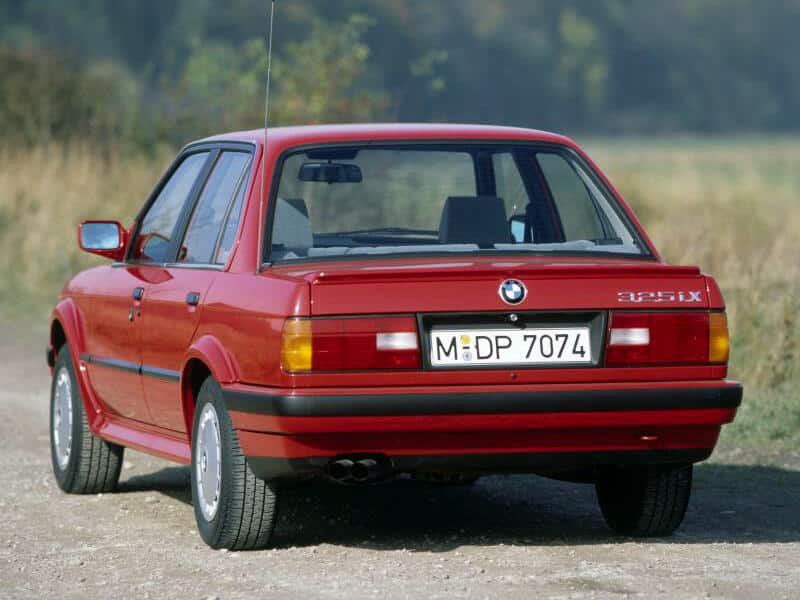 BMW Série 3 E30 quatre portes 325iX 1987-1991 vue AR - photo BMW