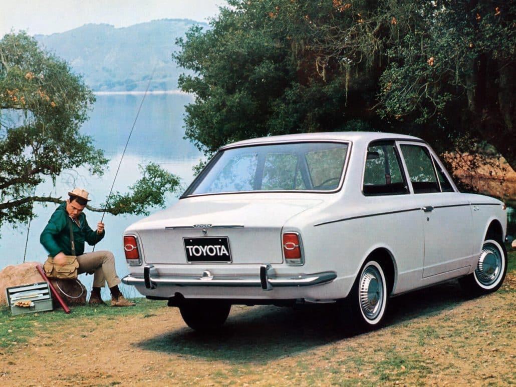 Toyota Corolla coach 1969-1970 vue AR - photo Toyota