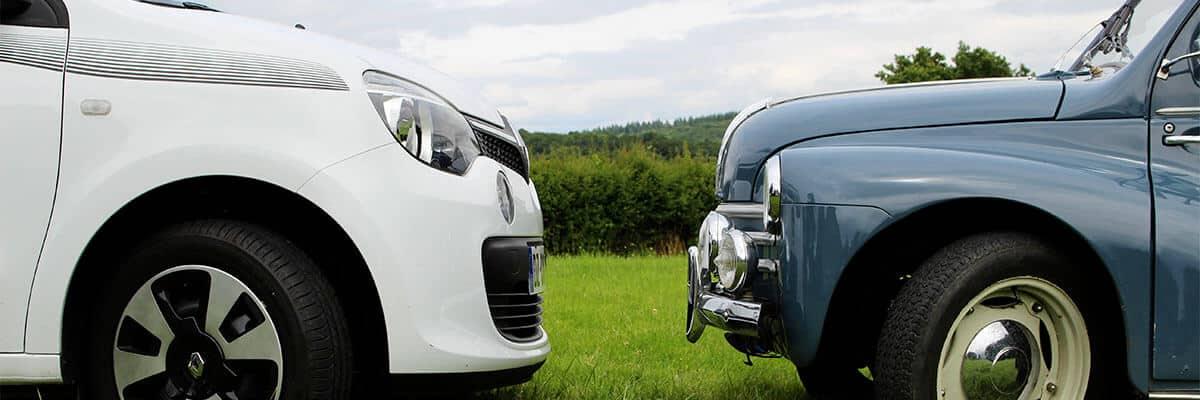 Deux Renault face à face : Twingo 2016 et 4CV 1956