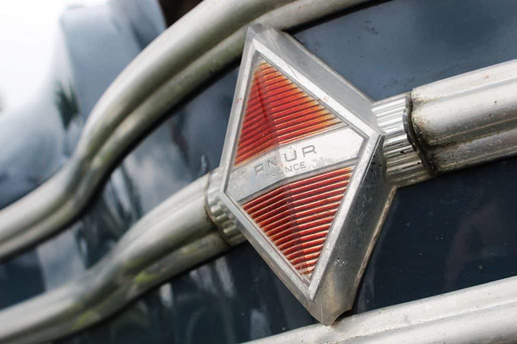 Logo de la calandre Renault 4CV 1956