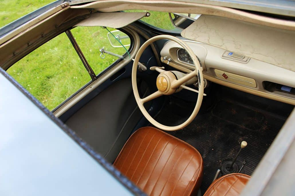 Vue intérieur Renault 4CV 1956 depuis le toit ouvrant