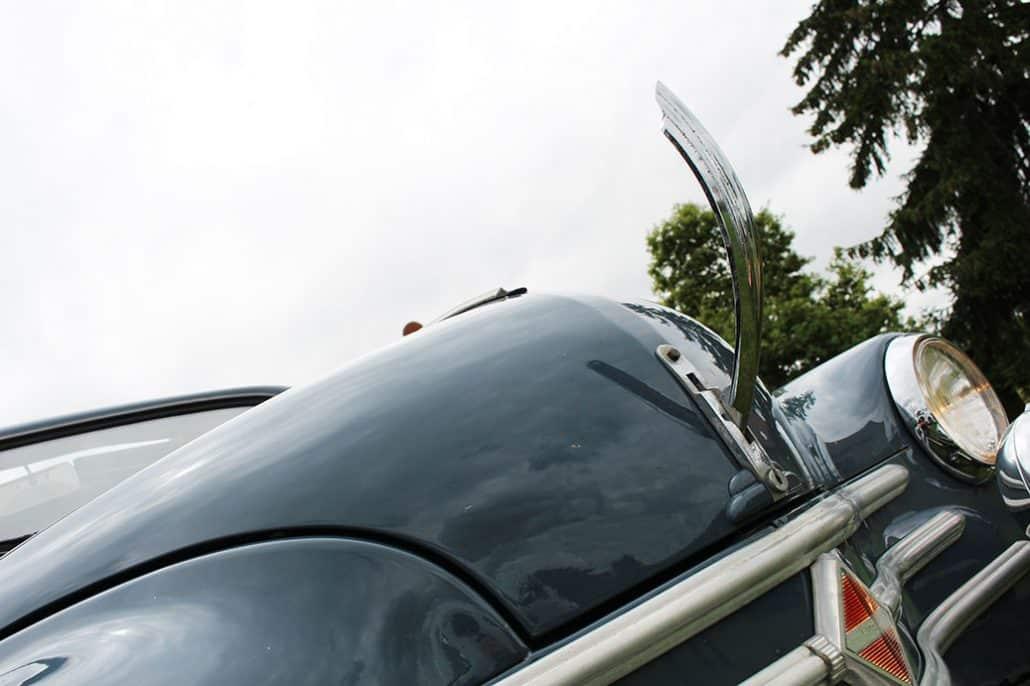 Poignée d'ouverture du capot AV Renault 4CV 1956