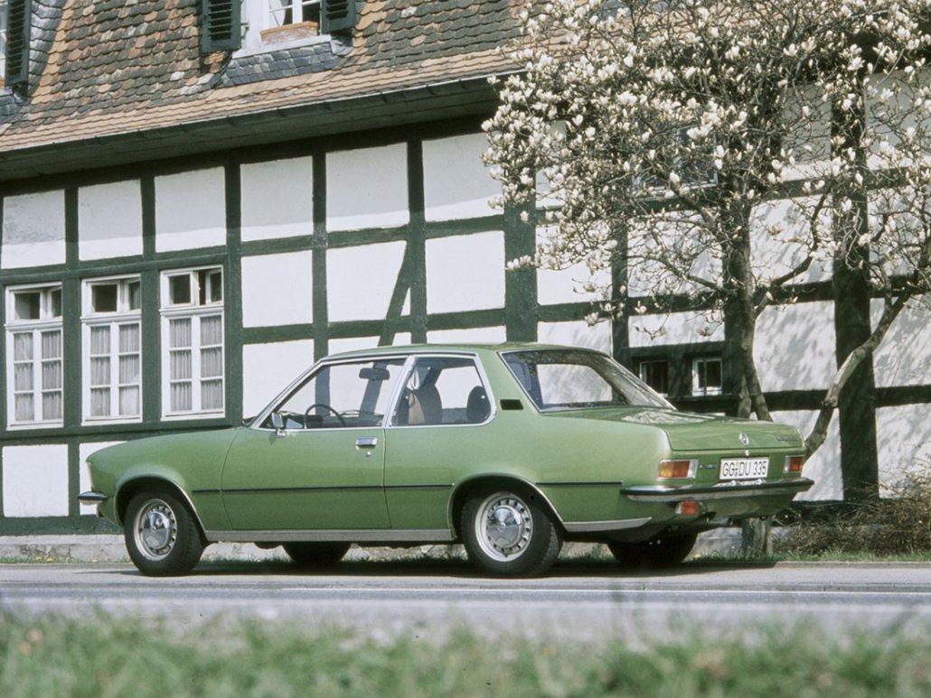 Opel Rekord D berline 2 portes 1972-1977 vue AR - photo Opel